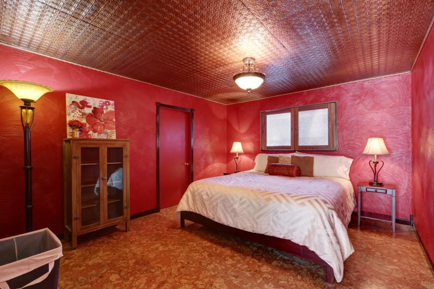 Mała, czerwona sypialnia