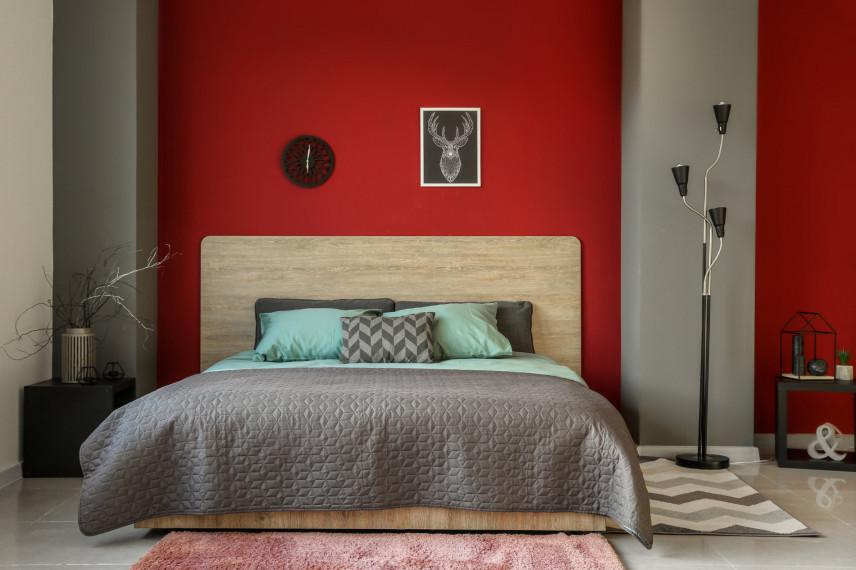 Sypialnia z drewnianym zagłówkiem