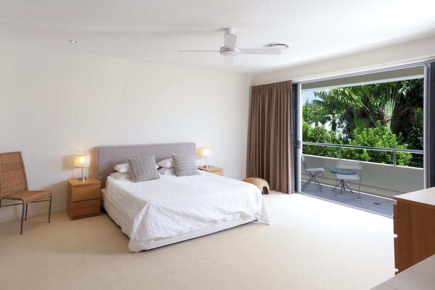 Klasyczna sypialnia z balkonem