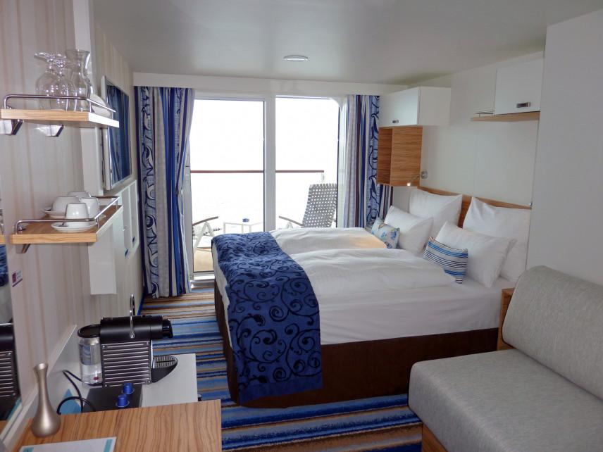 Projekt sypialni z niebieskimi zasłonami