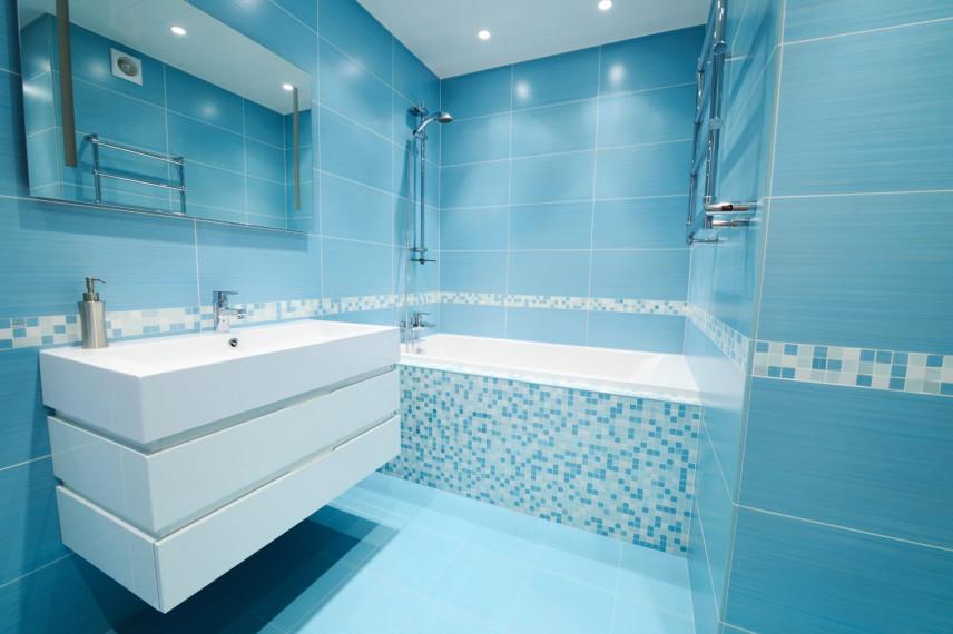 Błękitna łazienka z mozaiką