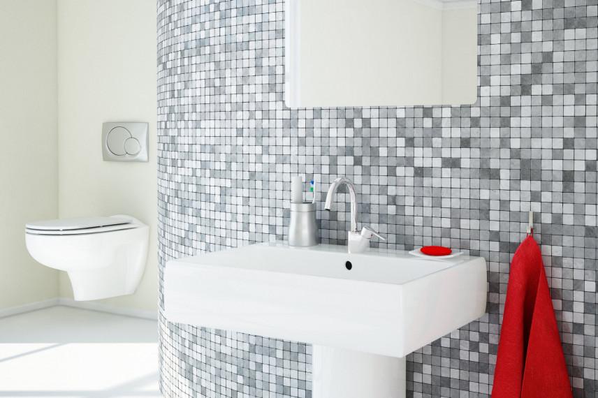 Łazienka z szaro-białą mozaiką