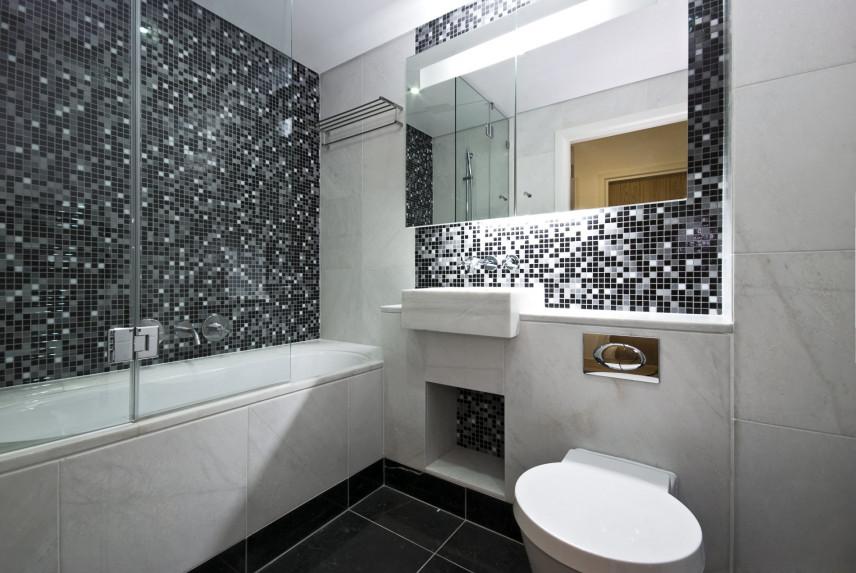 Czarno-biała łazienka z mozaiką