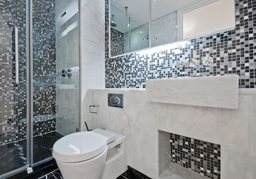 Nowoczesna łazienka z czarno-biała mozaiką