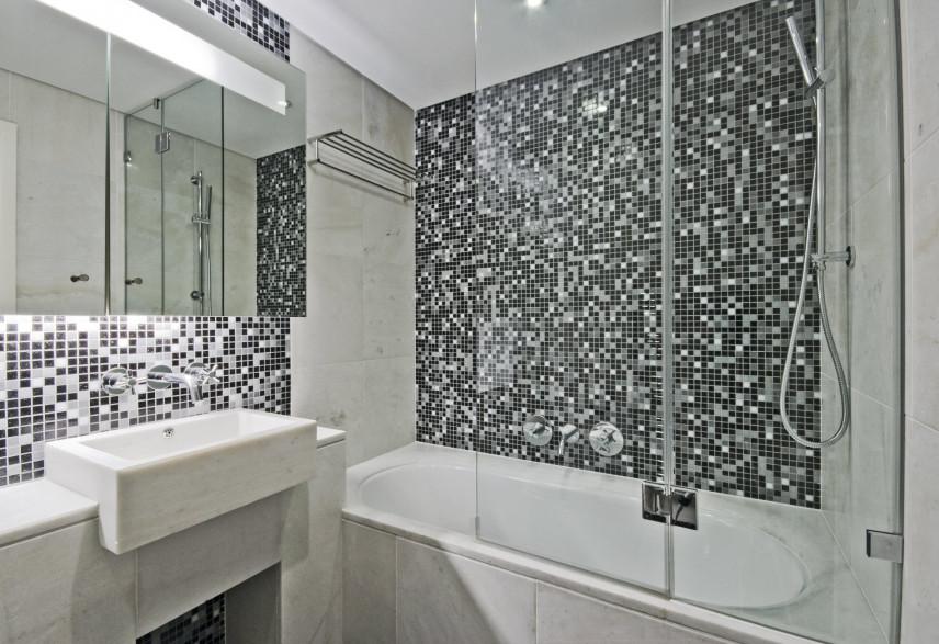 Mała łazienka z mozaiką na ścianie