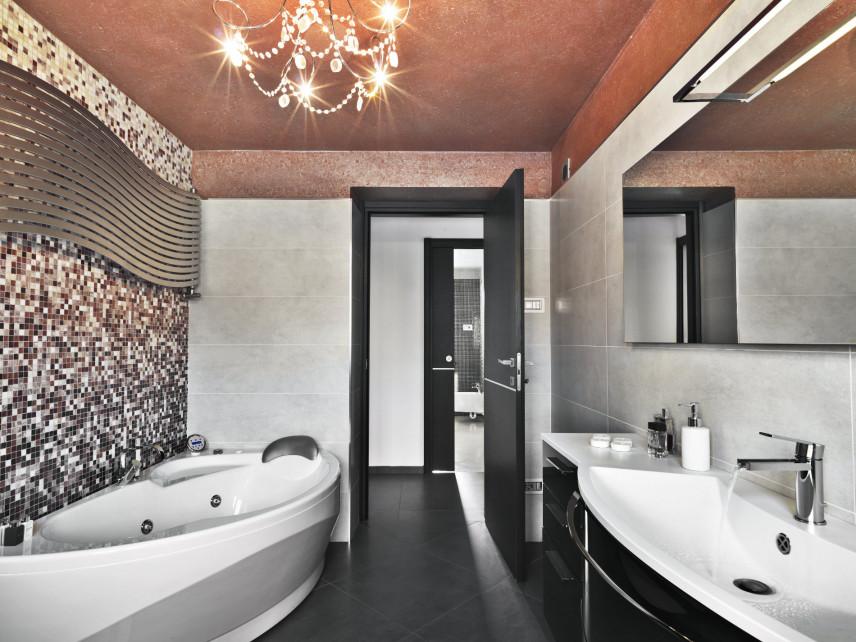 Łazienka w stylu glamour z mozaiką na ścianie