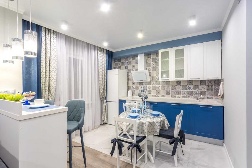 Niebiesko-biała kuchnia.