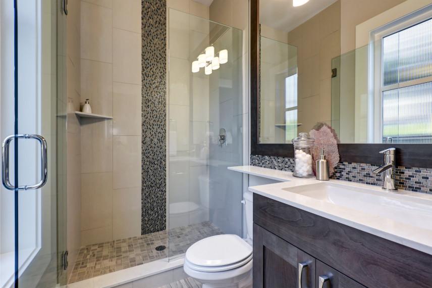 Łazienka z prysznicem i mozaiką