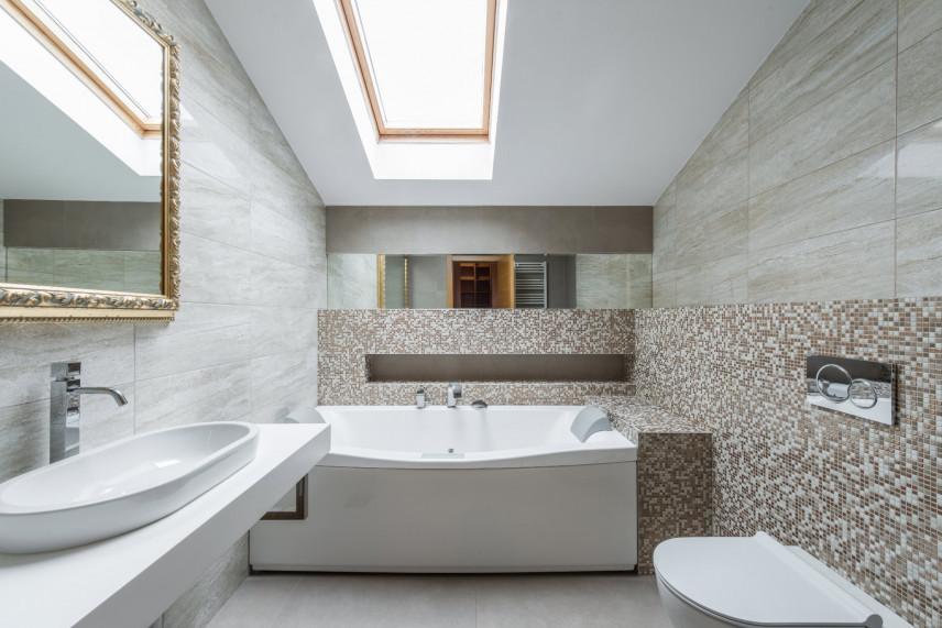 Nowoczesna łazienka z mozaiką i marmurem