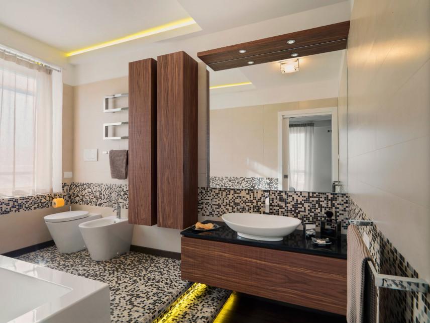 Stylowa łazienka z mozaiką idrewnianymi elementami