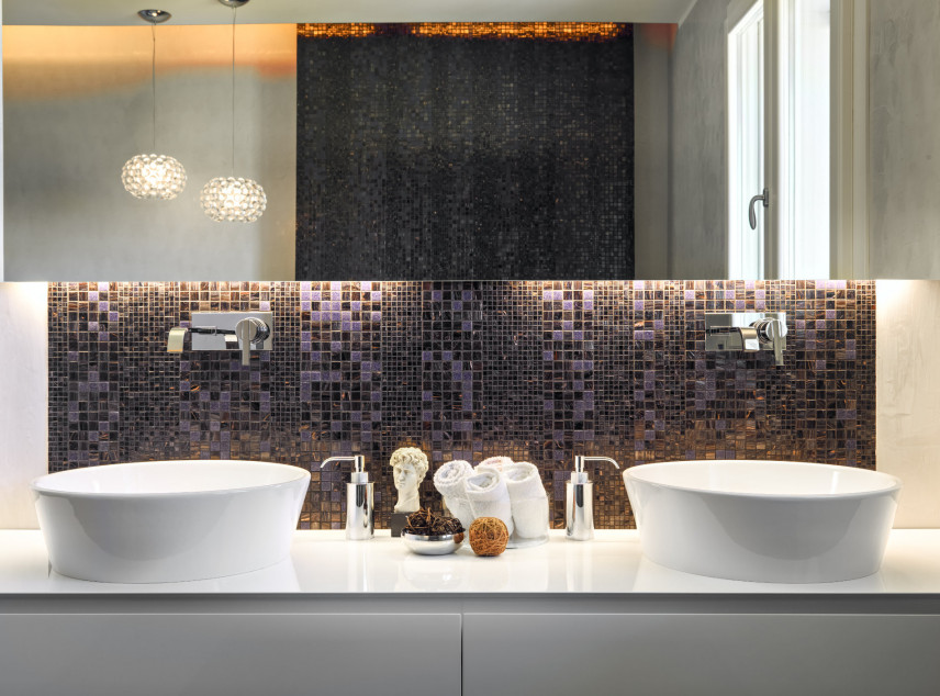 Stylowa łazienka z czarno-fioletową mozaiką