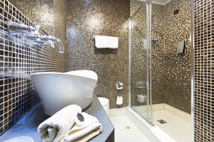 Stylowa łazienka w kolorze brązowo-beżowym