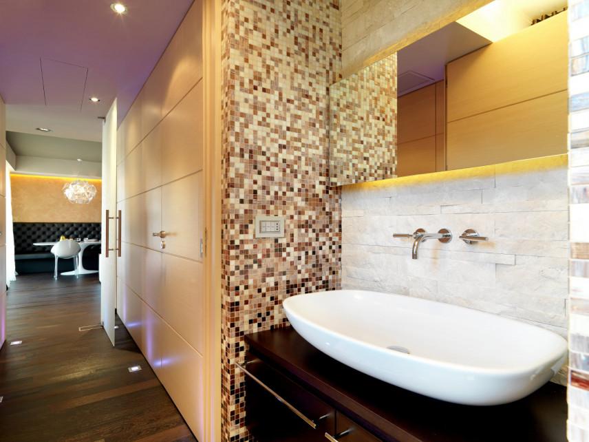 Brązowo-żółta łazienka