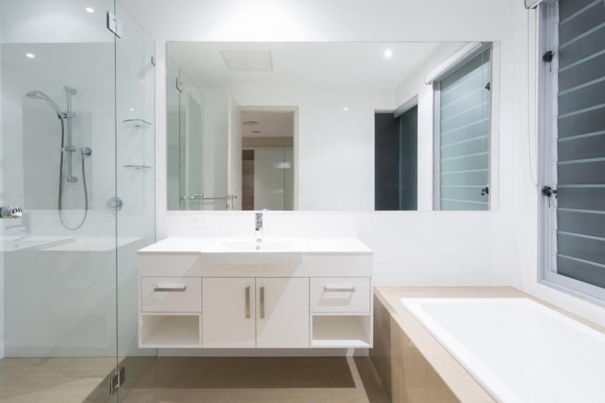 Biało szara łazienka z wanna i prysznicem