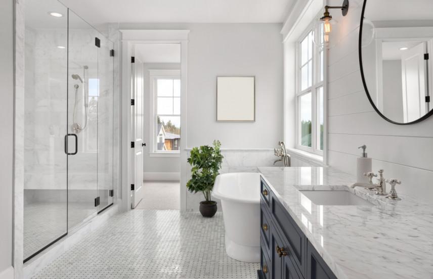 Elegancka łazienka z marmurowymi dodatkami
