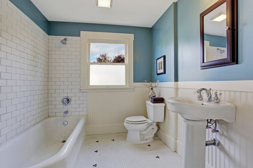Błękitno-biała łazienka
