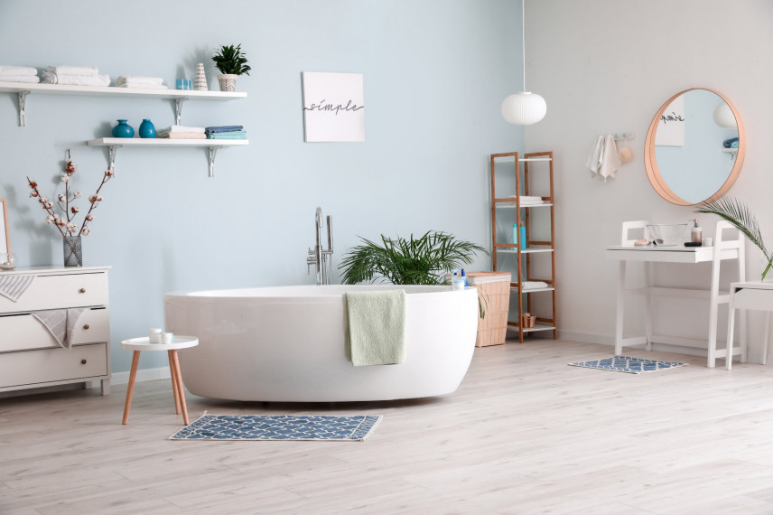 Łazienka w skandynawskim stylu z błękitna ścianą