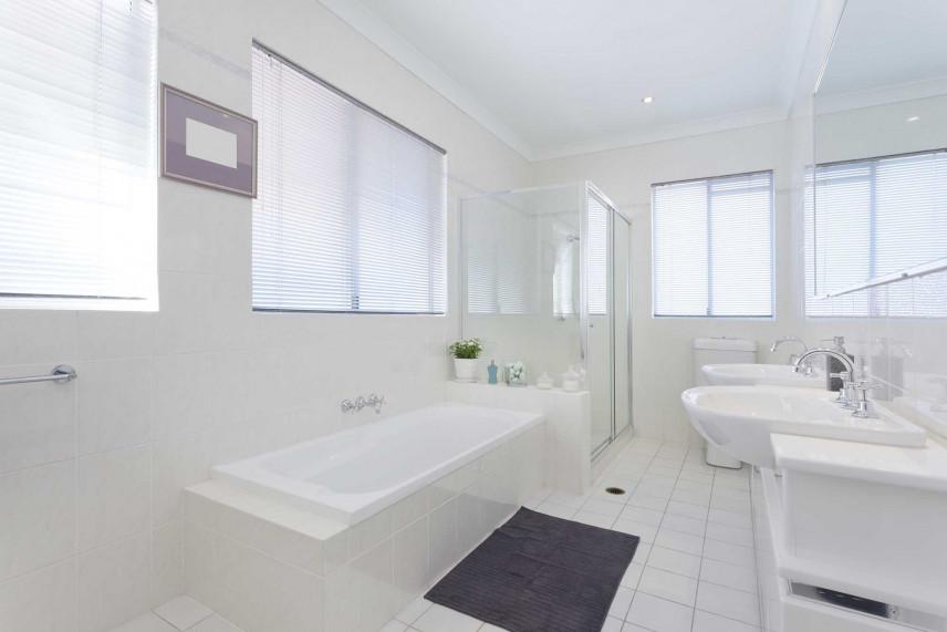 Biała łazienka z oknami