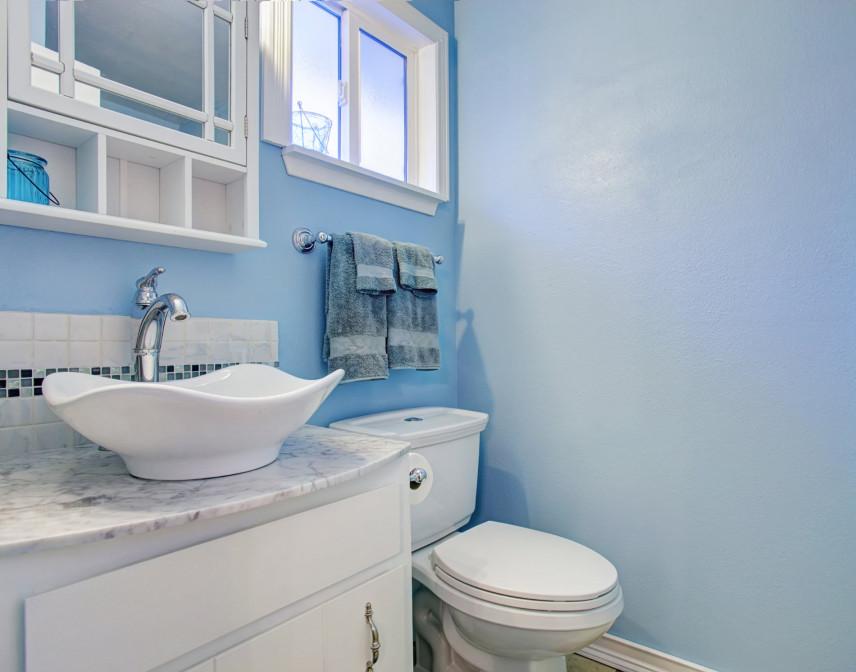 Mała błękitna łazienka