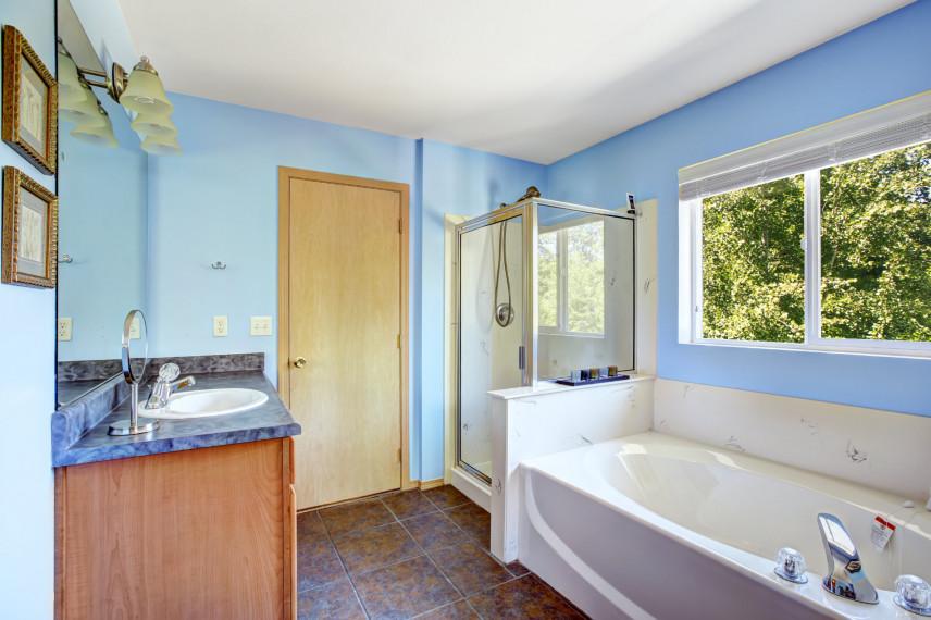 Niebieska łazienka z wanną i prysznicem