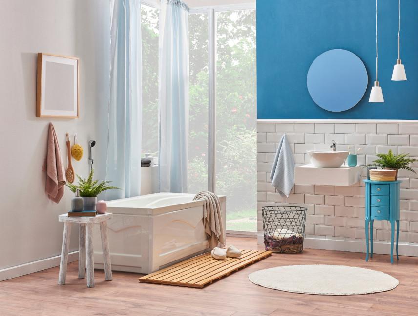 Przytulna biało-niebieska łazienka