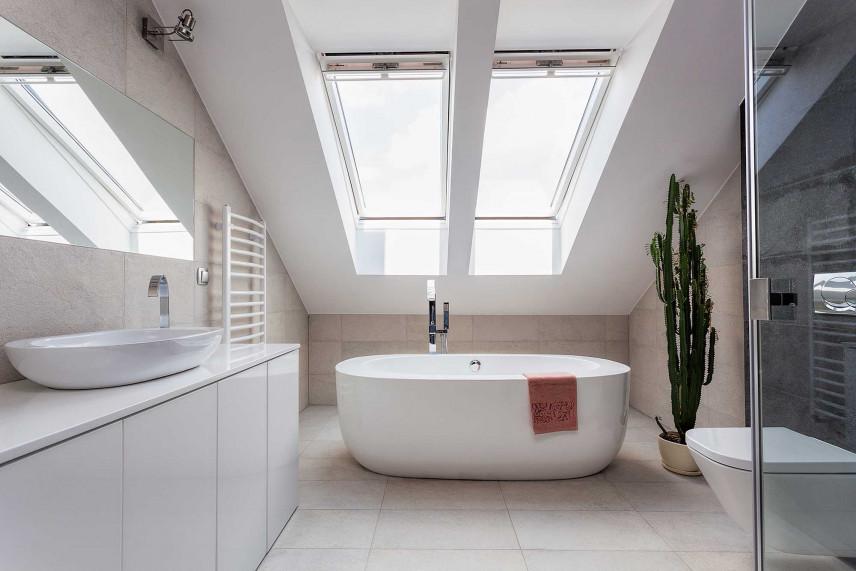 Białą łazienka na poddaszu