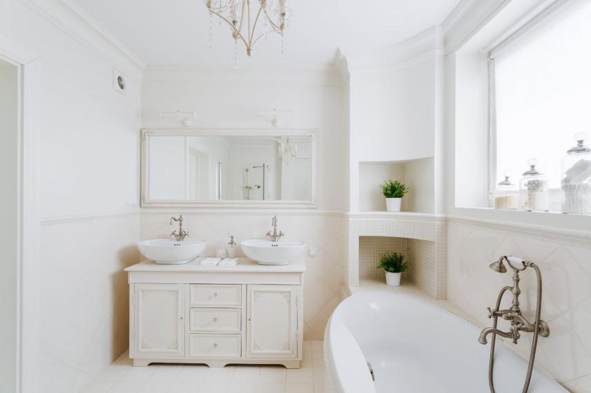 Biała łazienka z dwoma zlewami
