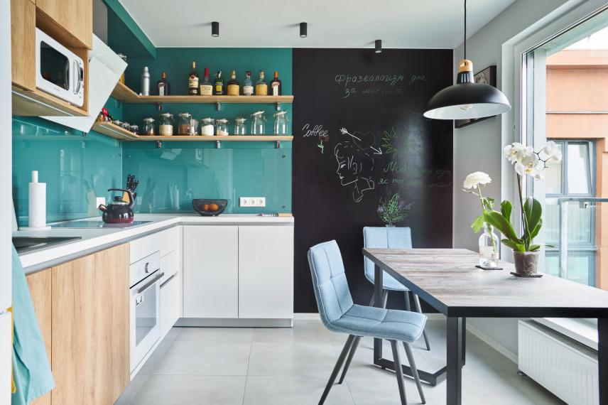 Turkusowa kuchnia z tablicowa ścianą