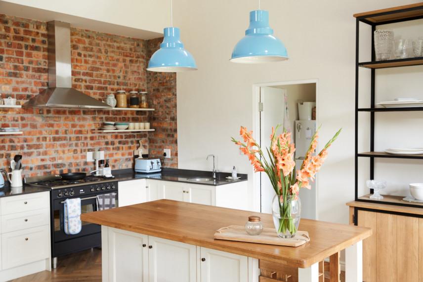 Ściana z cegły w kuchni w stylu skandynawskim