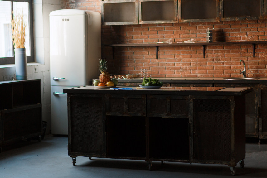 Rustykalna cegła w klasycznej kuchni