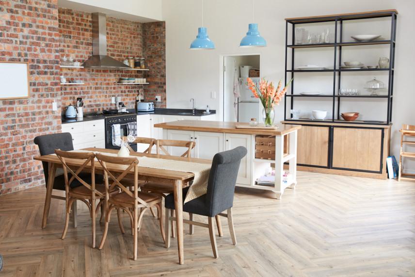 Kuchnia w stylu skandynawskim z drewnianym parkietem