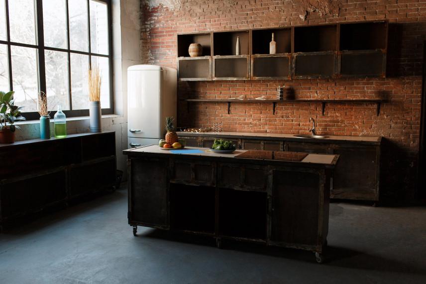 Rustykalna kuchnia z cegłą na ścianie