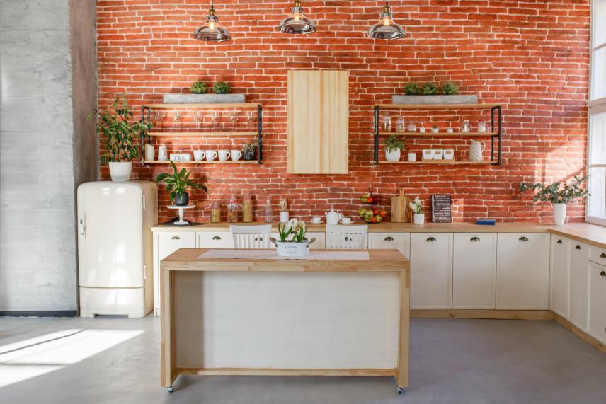 Jasna kuchnia z ceglaną ścianą