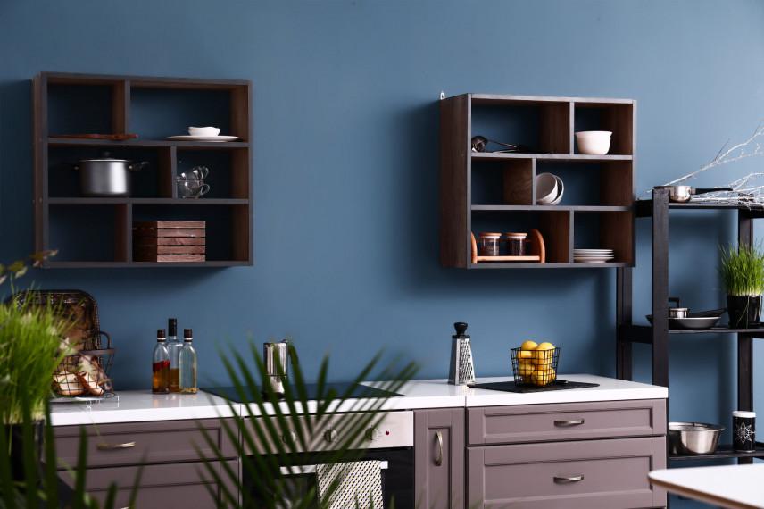 Kuchnia skandynawska z niebieską ścianą