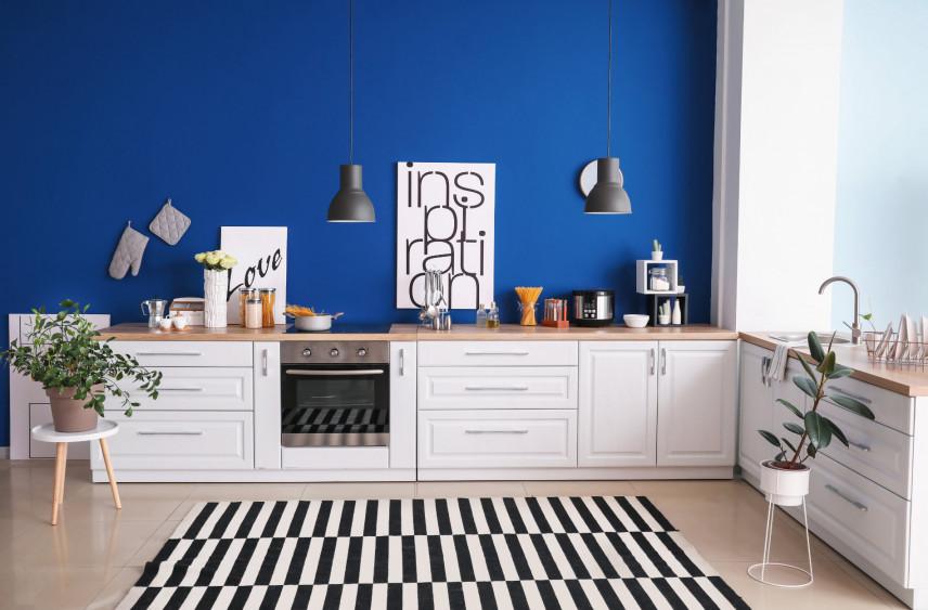Kuchnia w kształcie litery L z niebieską ścianą