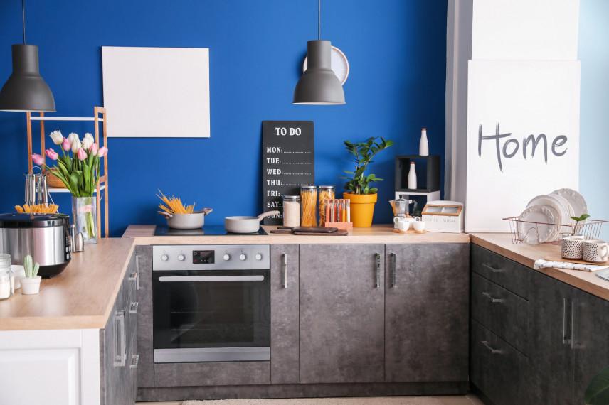 Kuchnia w kształcie litery U z niebieska ścianą