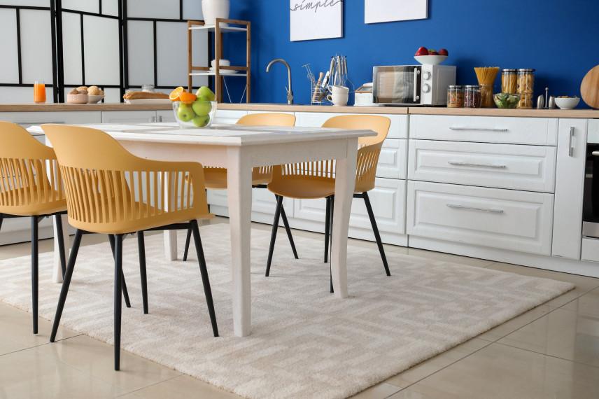 Biało-niebieska kuchnia ze stylowymi krzesłami