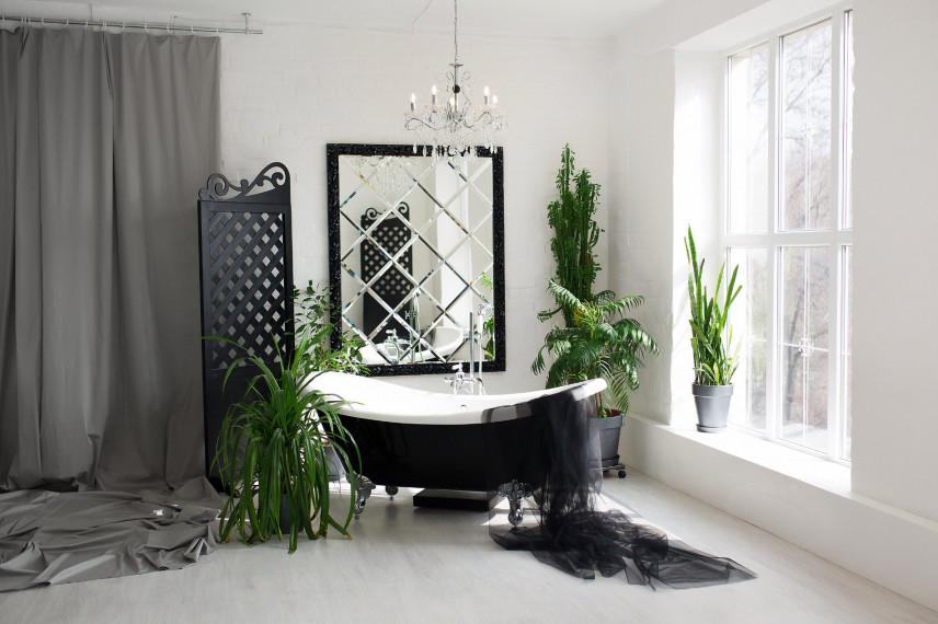 Biało-czarna łazienka z oknem