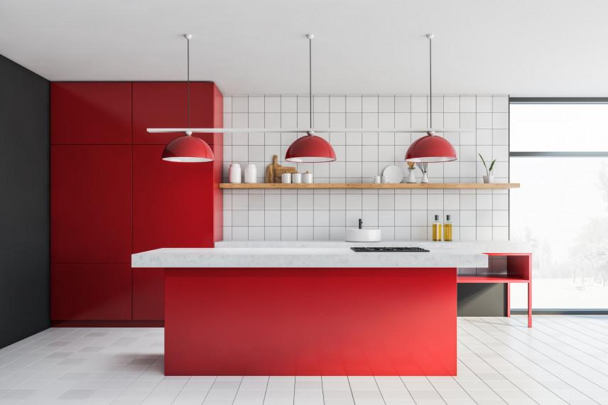Designerska kuchnia w kolorach czerwonym i białym