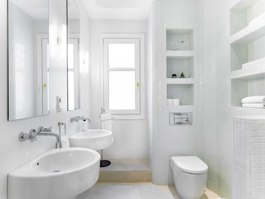 Wąska, biała łazienka