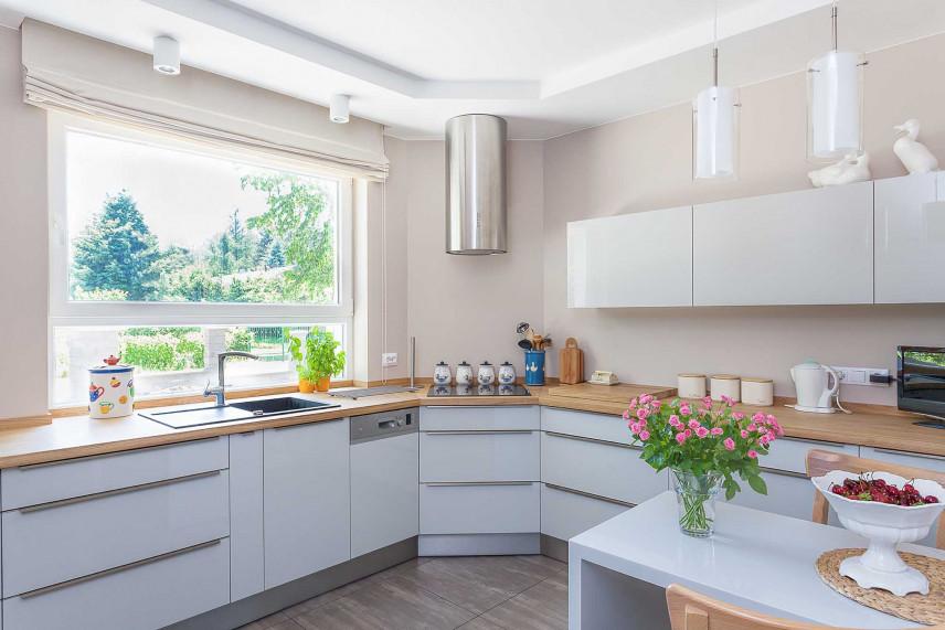 Biała narożna kuchnia z oknem