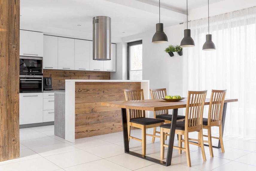 Biała kuchnia z drewnianą ścianą