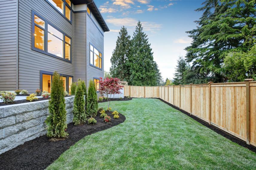 Pionowe, drewniane ogrodzenie