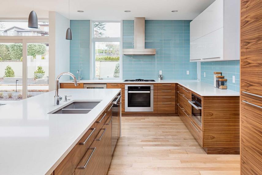 Nowoczesna kuchnia z błękitnymi kafelkami.