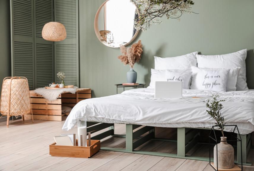 Drewniane, zielone łóżko w sypialni