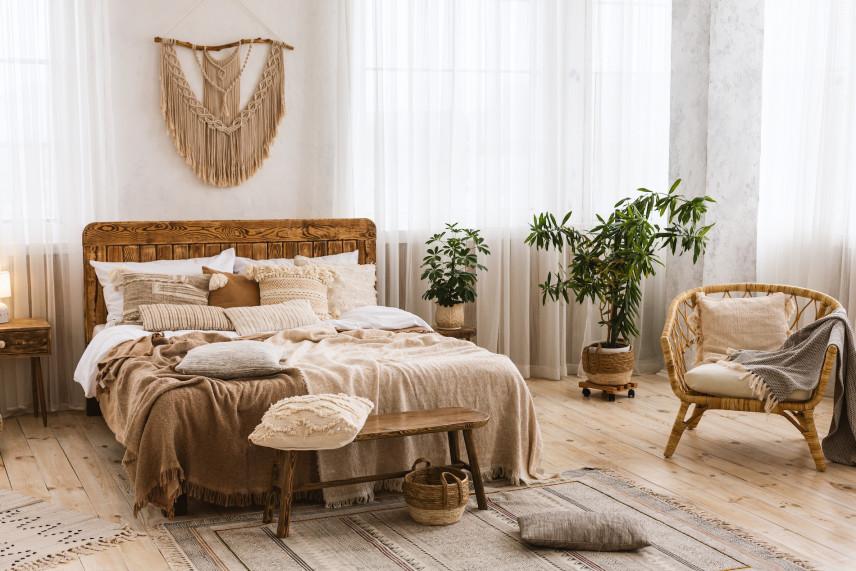 Aranżacja sypialni z dużą makramą na ścianie