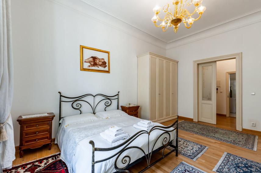 Klasyczna sypialnia z szafą