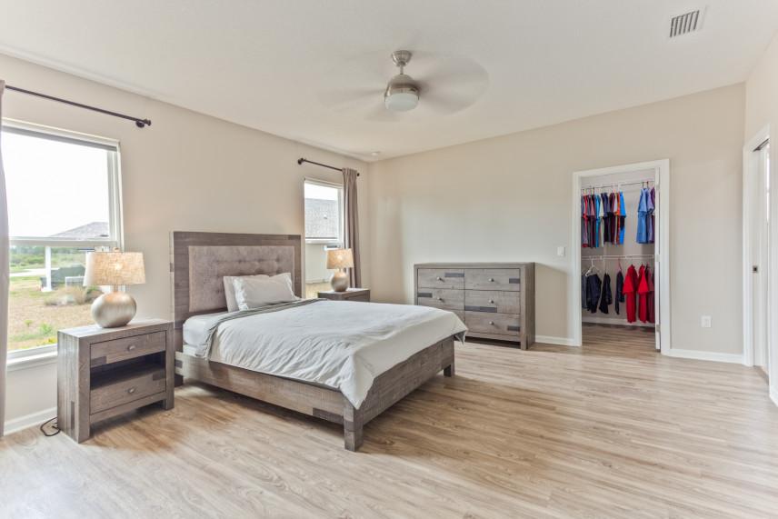 Duża sypialnia z wydzielonym miejscem na garderobę