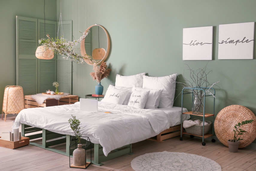 Designerskie, drewniane łóżko w sypialni