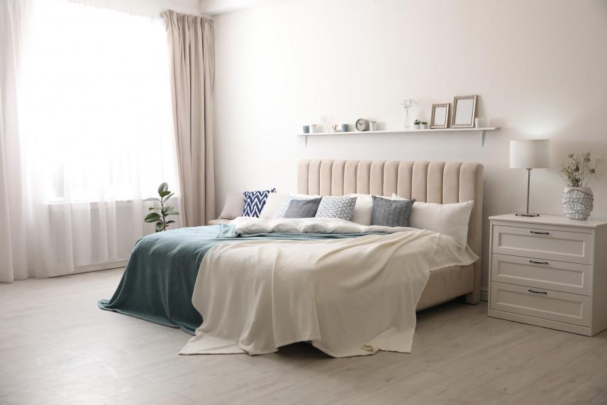Duże łóżko tapicerowane w sypialni